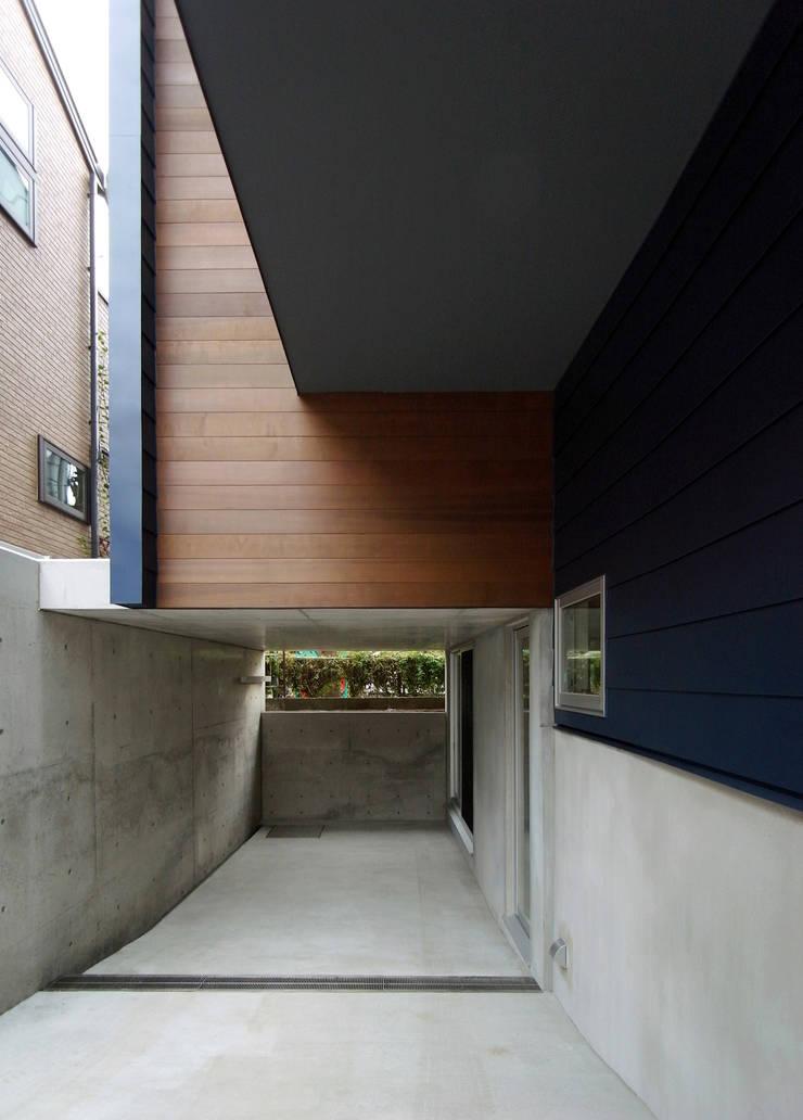 マドの家: 充総合計画 一級建築士事務所が手掛けたガレージです。,