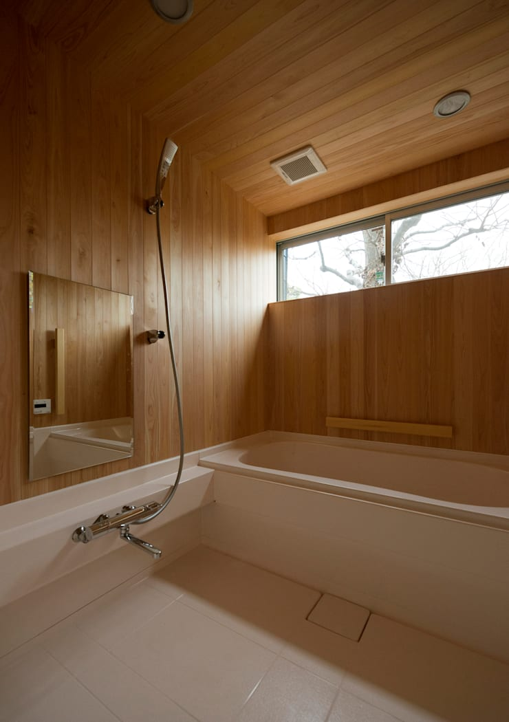 マドの家: 充総合計画 一級建築士事務所が手掛けた浴室です。,