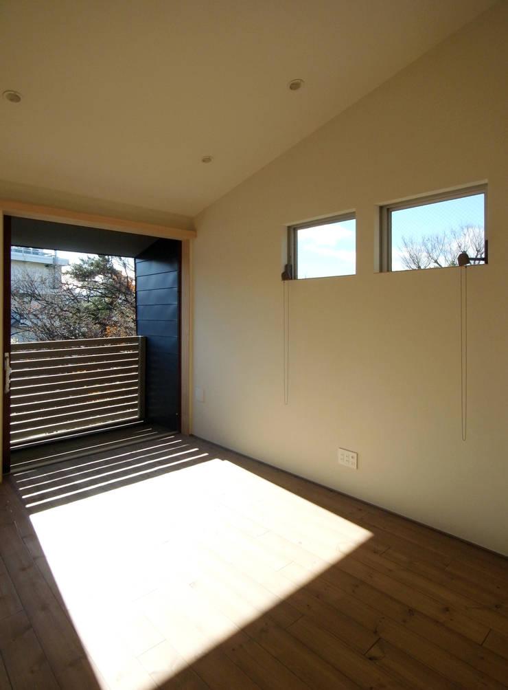 マドの家: 充総合計画 一級建築士事務所が手掛けたリビングです。