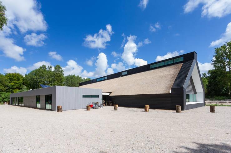 Achterzijde met kantoorruimten :  Exhibitieruimten door BBHD architecten