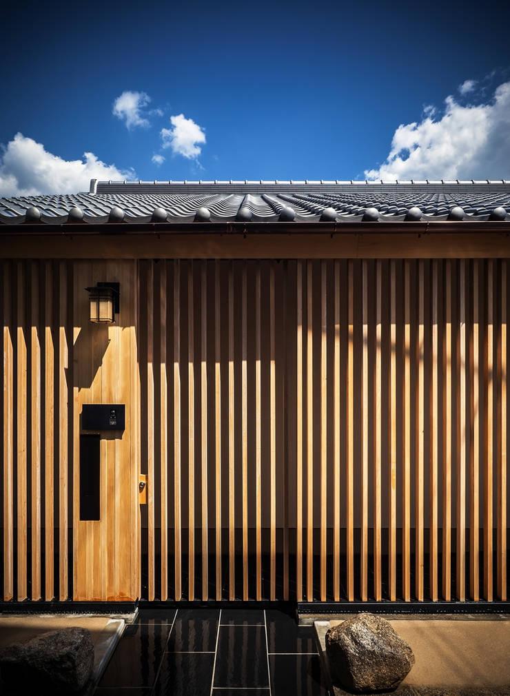 それぞれの庭の家 玄関格子戸: 株式会社seki.designが手掛けた家です。
