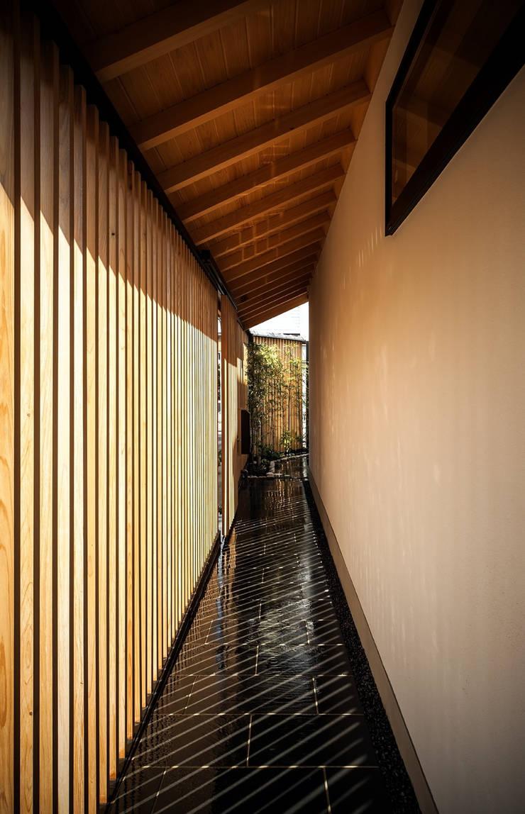 それぞれの庭の家 玄関口からエントランス方面をのぞむ: 株式会社seki.designが手掛けた家です。