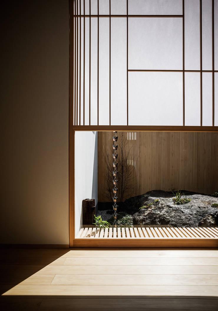 それぞれの庭の家 廊下から[陸ガメの暮らす大岩]: 株式会社seki.designが手掛けた廊下 & 玄関です。