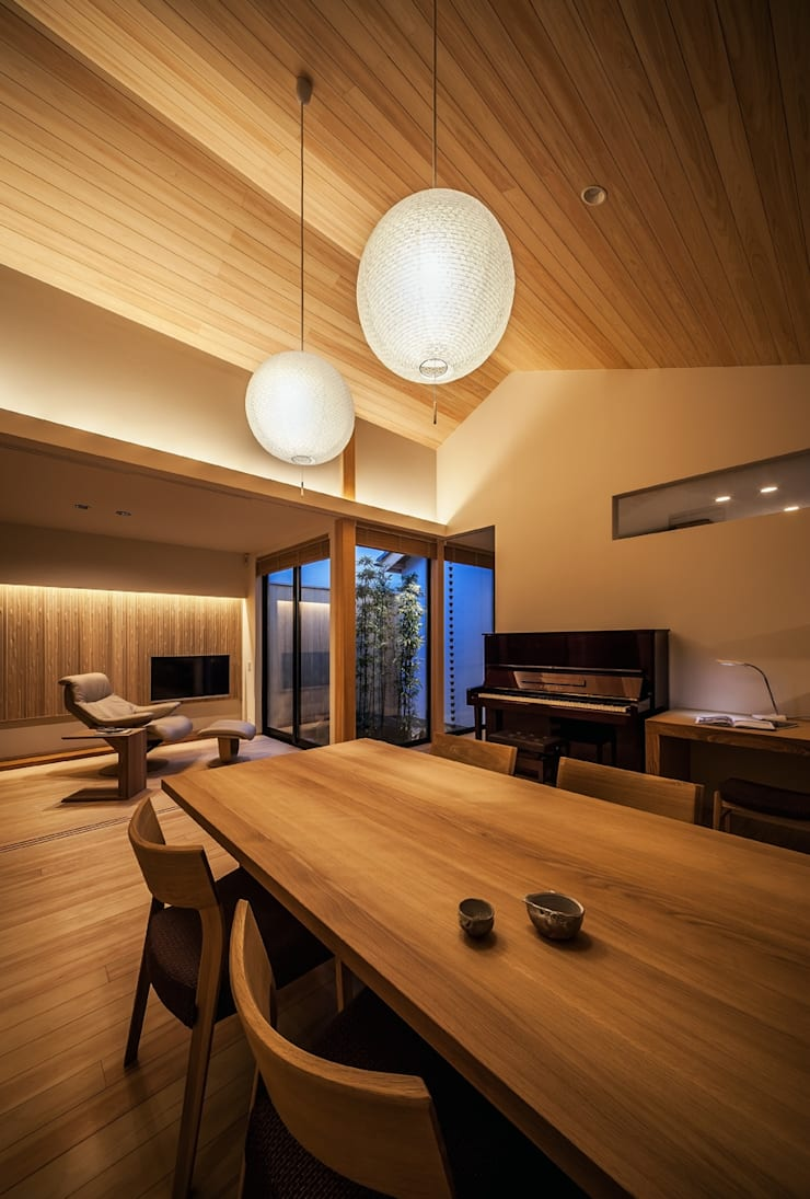 それぞれの庭の家 リビング夕景: 株式会社seki.designが手掛けたダイニングです。