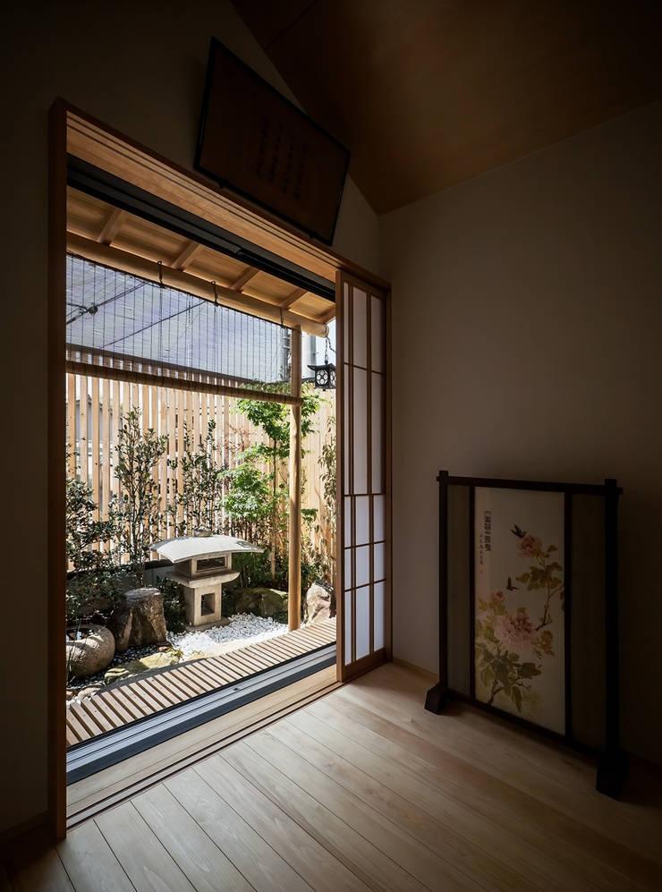 それぞれの庭の家 寝室から[紅葉と灯籠の庭]: 株式会社seki.designが手掛けた寝室です。