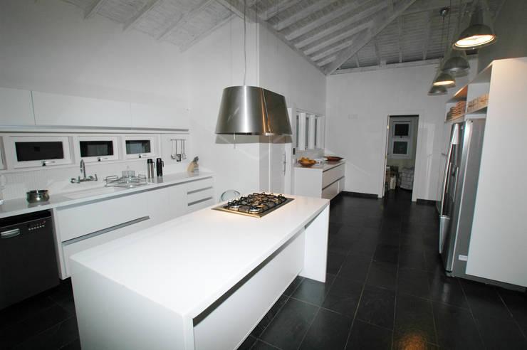   La cucina : Cucina in stile in stile Moderno di Sintony SRL