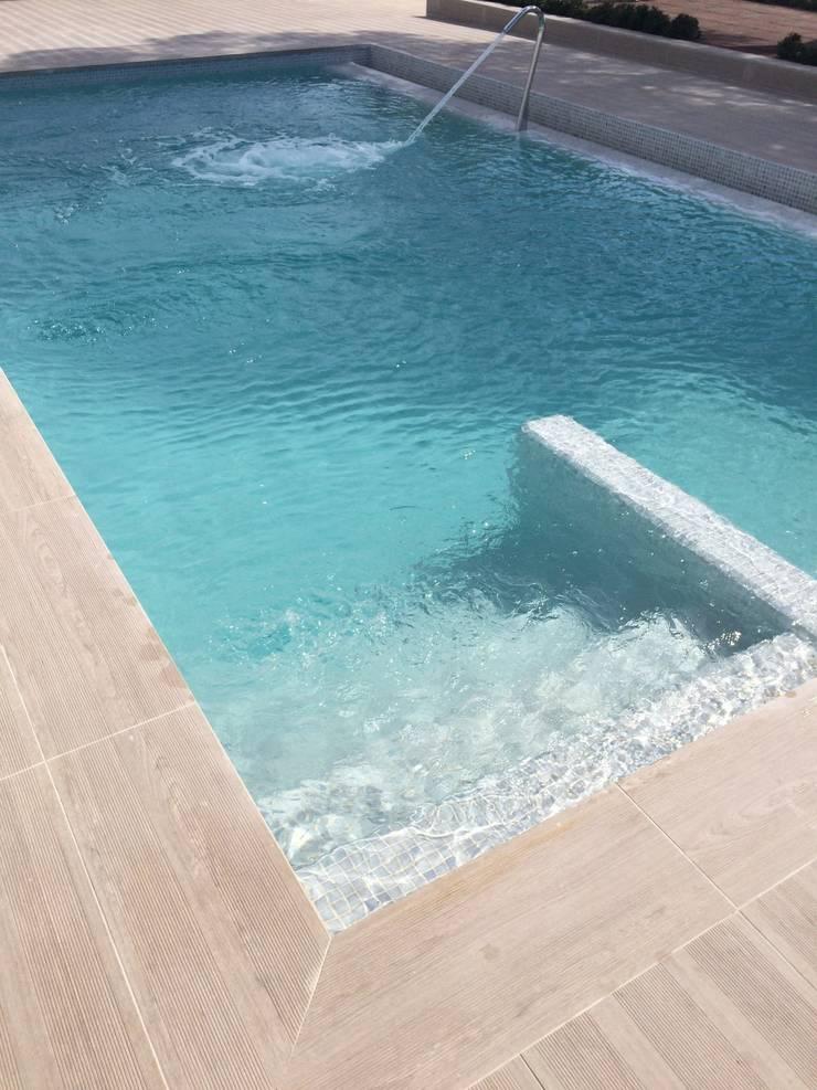 Escalera de acceso a piscina: Piscinas de estilo  de SAUCO DESIGN S.L.