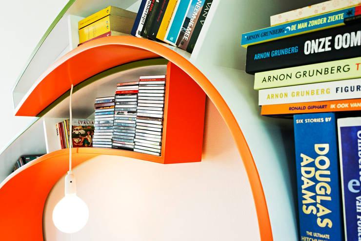 Bookworm:  Woonkamer door Atelier 010