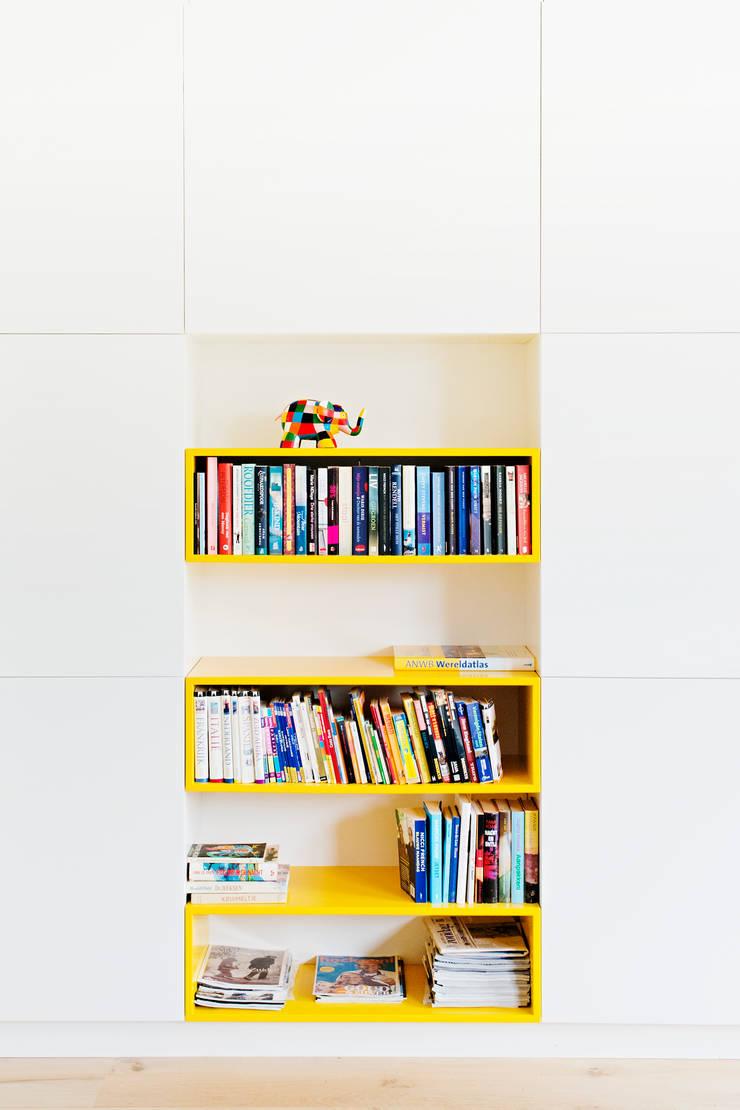 Kastenwand: modern  door Atelier 010, Modern