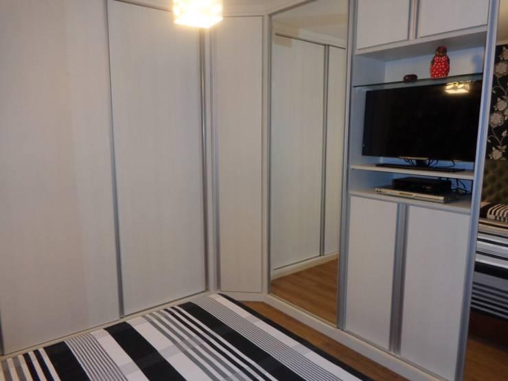 Dormitório em branco e preto: Quartos  por Elaine Medeiros Borges design de interiores