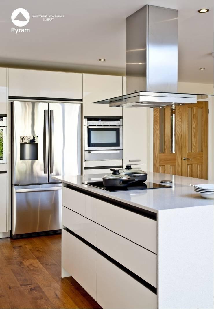 Durable glossy Oxshott kitchen.:  Kitchen by Pyram, Modern