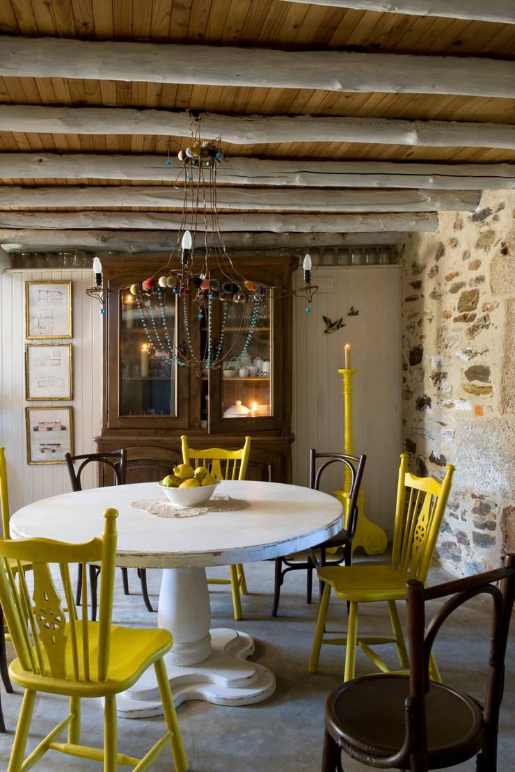 Casa de campo en Galicia: Comedores de estilo  de Oito Interiores