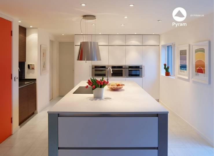 White handleless kitchen in Leeds:  Kitchen by Pyram, Minimalist