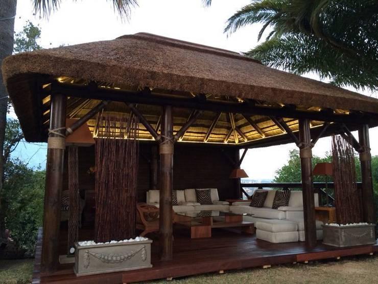 Pérgola de Junco Africano: Casas de estilo  de GRUPO ROMERAL