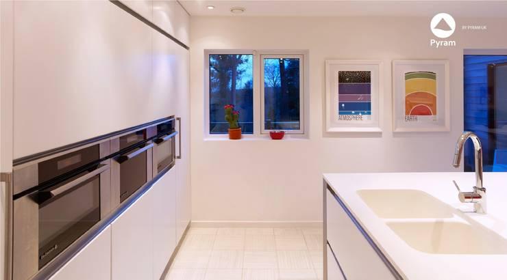 White handleless kitchen in Leeds: minimalistic Kitchen by Pyram