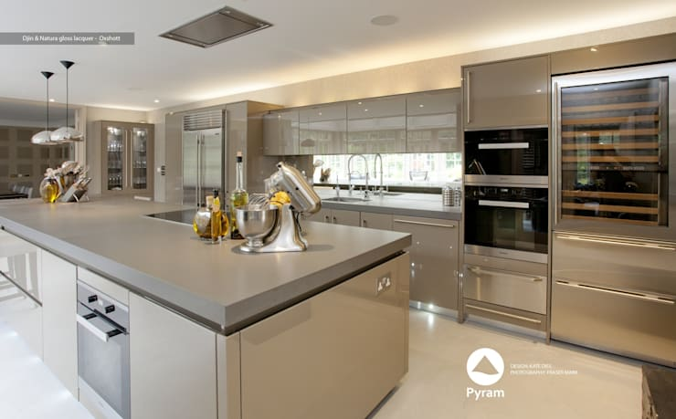 Gloss lacquer Pyram kitchen in Oxshott:  Houses by Pyram, Modern