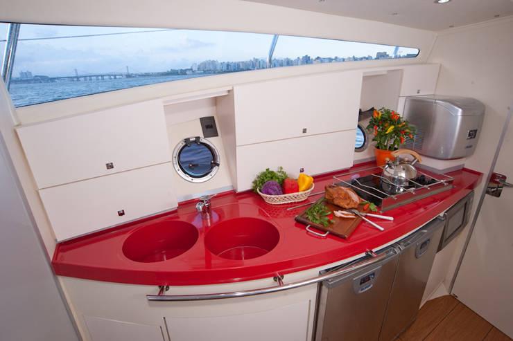 Cozinha interna- HELENAROCHAarquitetura: Iates e jatos  por HELENAROCHAarquitetura