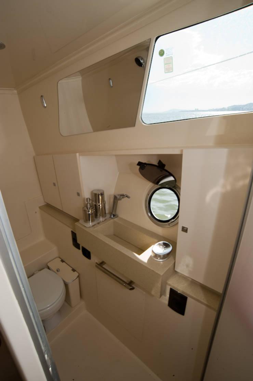 Banheiro social - HELENAROCHAarquitetura: Iates e jatos  por HELENAROCHAarquitetura