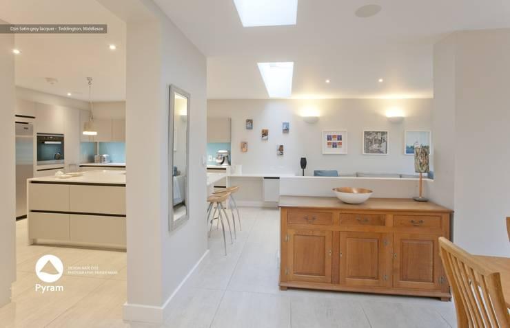 Super matt satin lacquer kitchen in light grey:  Kitchen by Pyram, Modern
