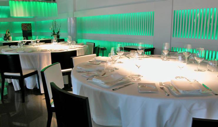 Restaurante Mar divino Sanxenxo: Hoteles de estilo  de Oito Interiores