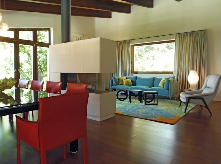 Salas de estar  por Oito Interiores