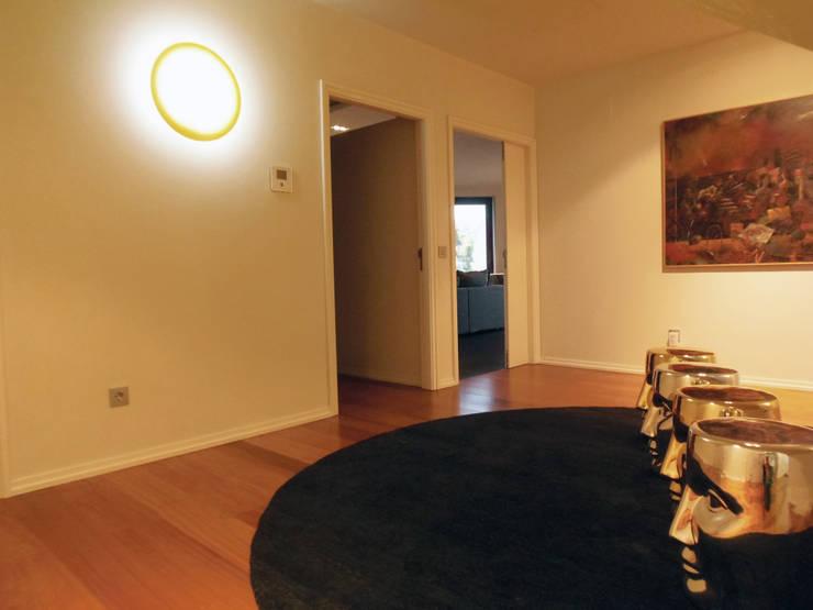 Vivienda unifamiliar, Ourense, Galicia.: Pasillos y vestíbulos de estilo  de Oito Interiores