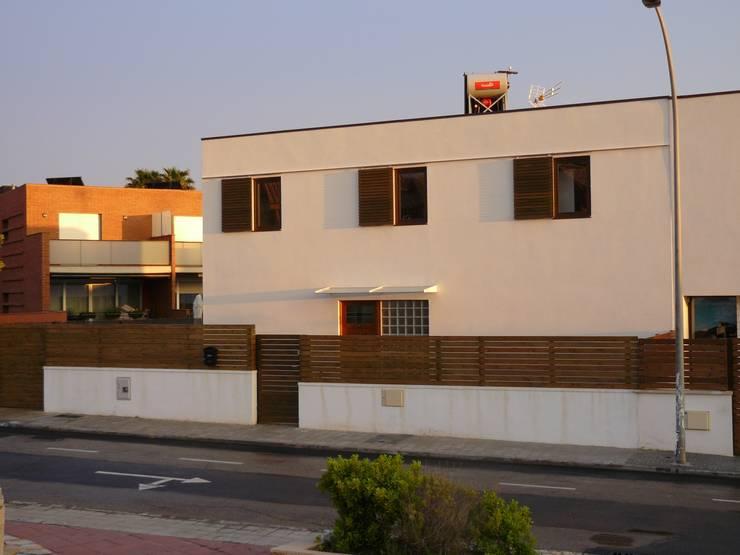 Fachada principal: Casas de estilo  de Lignea Construcció Sostenible