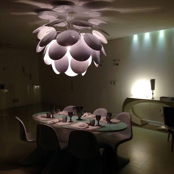 Showroom em Balneário Camboriú: Sala de jantar  por K I A R E Z A