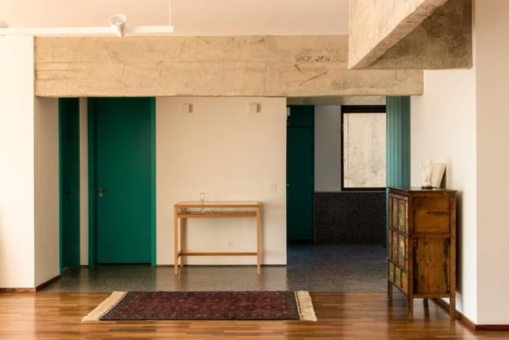 Salones de estilo moderno de Ruta arquitetura e urbanismo Moderno