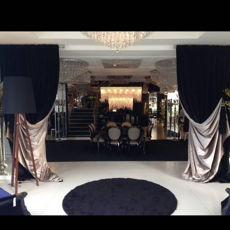 Showroom em Balneário Camboriú: Espaços comerciais  por K I A R E Z A