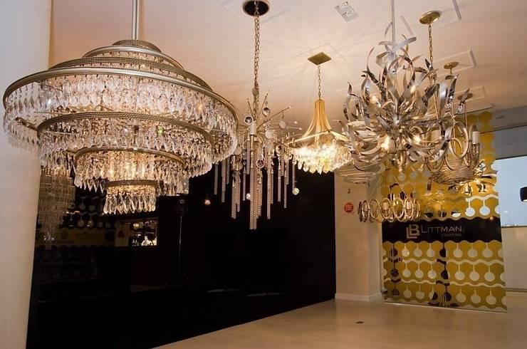 Showroom em Balneário Camboriú: Sala de estar  por K I A R E Z A