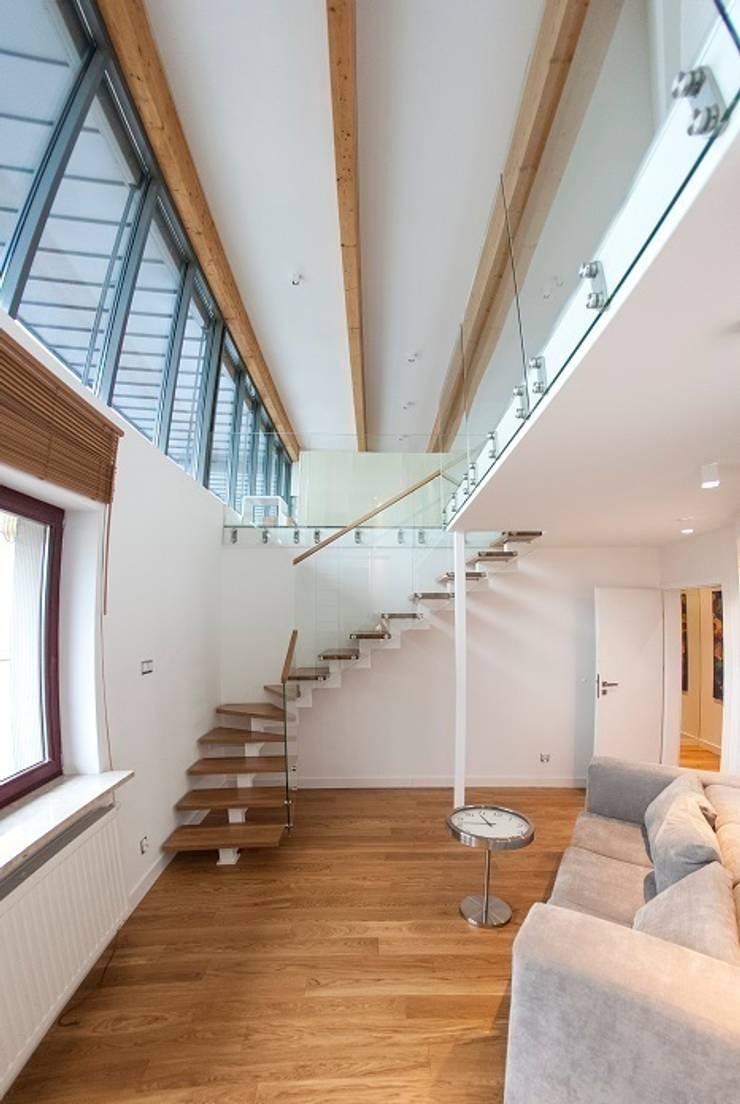 schody na drugą antresolę: styl , w kategorii Korytarz, przedpokój zaprojektowany przez Tarna Design Studio