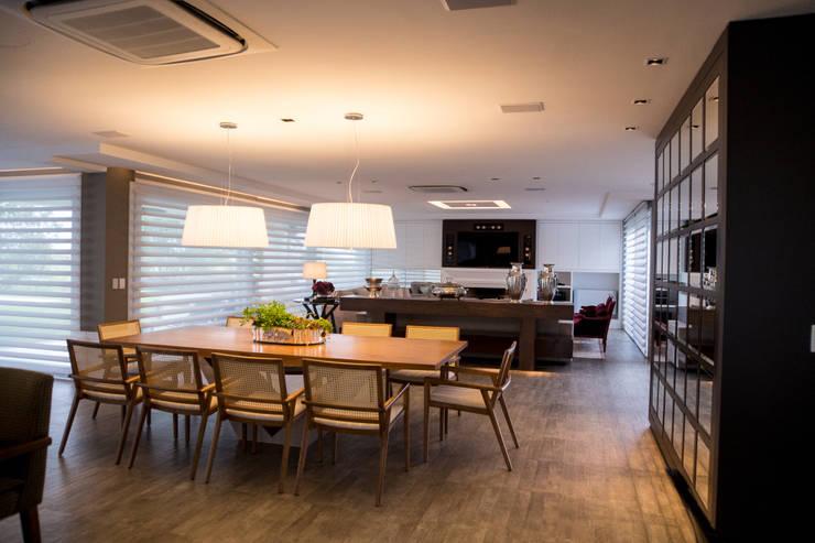 CASA EM CONDOMÍNIO: Sala de jantar  por Joana & Manoela Arquitetura