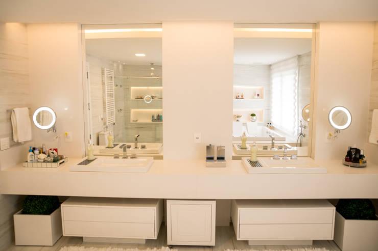 CASA EM CONDOMÍNIO: Banheiro  por Joana & Manoela Arquitetura