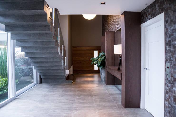CASA EM CONDOMÍNIO: Corredor, vestíbulo e escadas  por Joana & Manoela Arquitetura