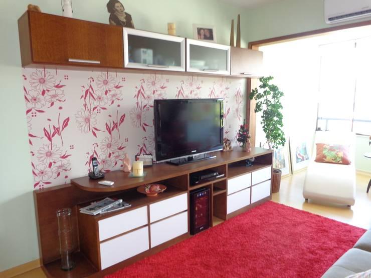 Integração de sala e sacada bairro Menino Deus: Salas de estar  por Elaine Medeiros Borges design de interiores,Clássico