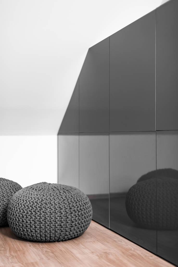 Poddasze, dom jednorodzinny, Goleniów.: styl , w kategorii Salon zaprojektowany przez Sałata-Pracownia Architektury Wnętrz