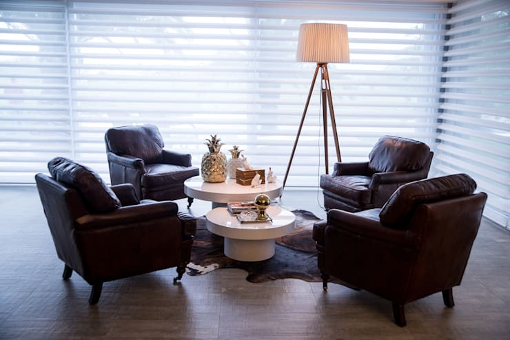 CASA EM CONDOMÍNIO: Sala de estar  por Joana & Manoela Arquitetura