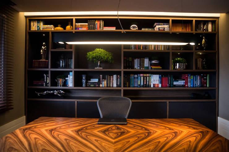 CASA EM CONDOMÍNIO: Gabinete  por Joana & Manoela Arquitetura