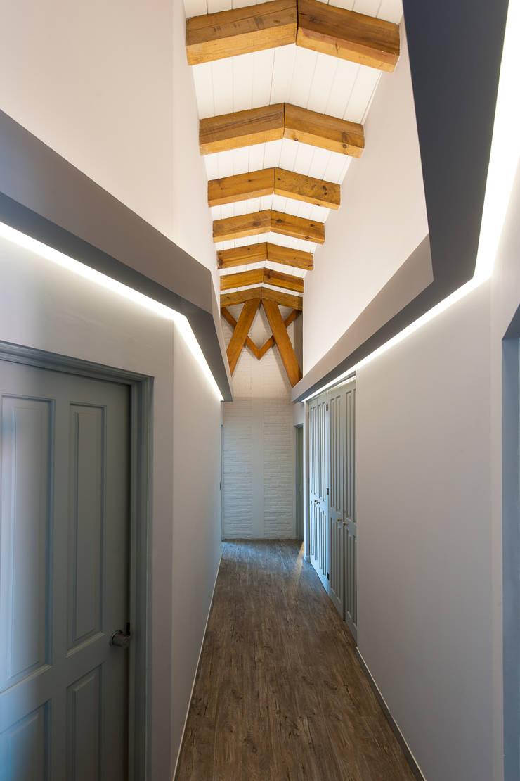 Casa Cuernavaca: Pasillos y recibidores de estilo  por kababie arquitectos