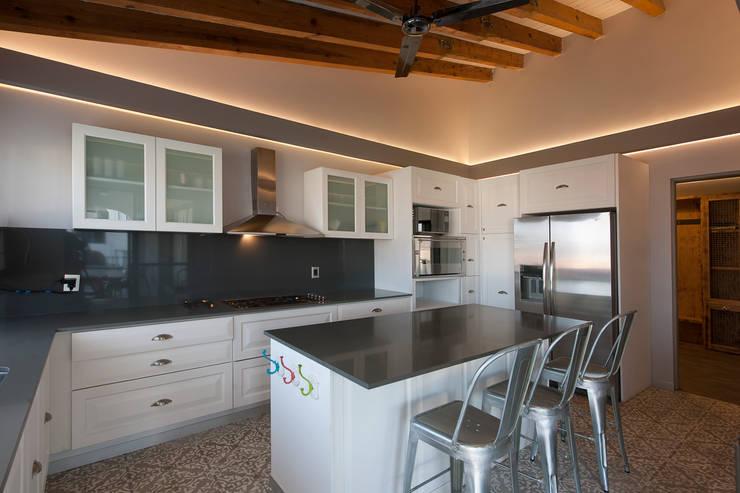 Casa Cuernavaca: Cocinas de estilo rústico por kababie arquitectos
