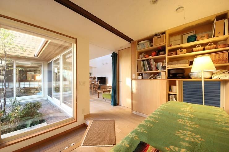 朝霞の家: 新井アトリエ一級建築士事務所が手掛けたリビングです。