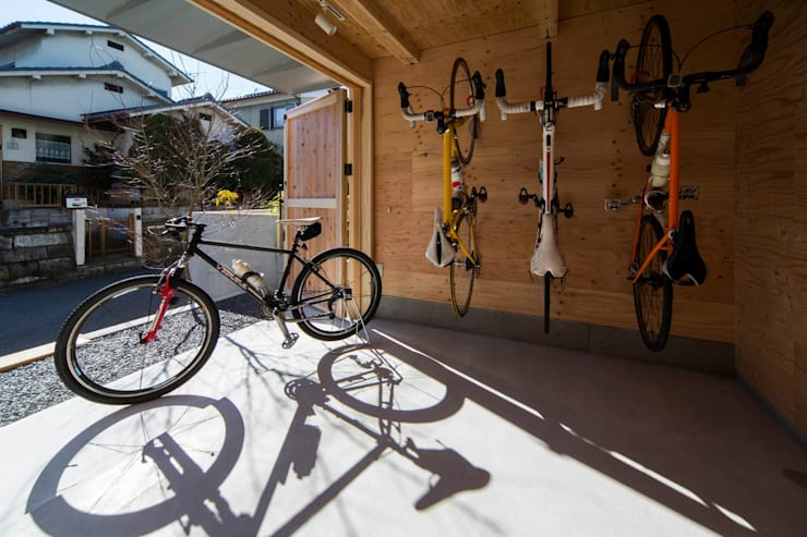 エントランス: アトリエセッテン一級建築士事務所が手掛けたガレージ&小屋です。