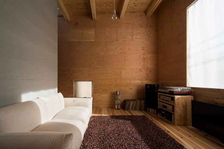 リビング: アトリエセッテン一級建築士事務所が手掛けたリビングルームです。