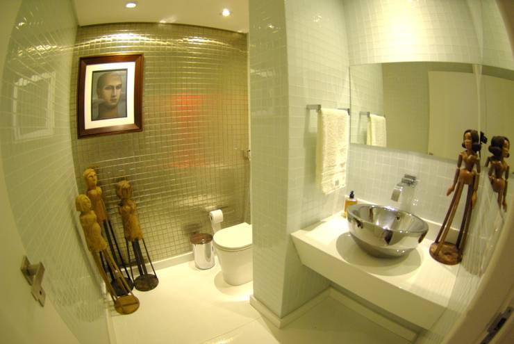 Apartment in Recife, Brazil: Banheiros  por André Cavendish e Arquitetos