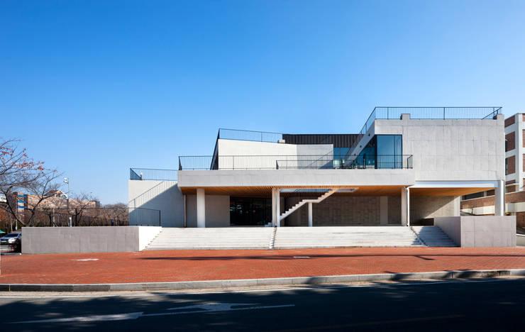 경북대학교 건축디자인 스튜디오: ADF Architects의  학교,