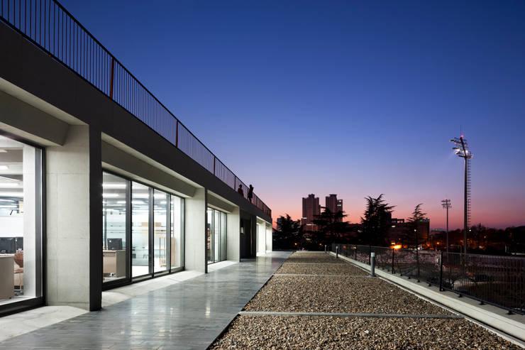 경북대학교 건축디자인 스튜디오: ADF Architects의  학교