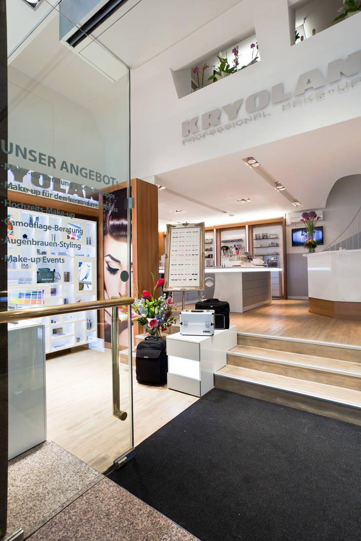 İdea Mimarlık – Giriş alanı ve teşhir üniteleri :  tarz Ofisler ve Mağazalar, Modern