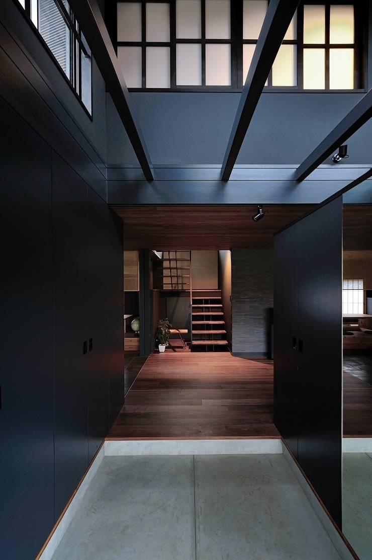 エントランスホール: アトリエセッテン一級建築士事務所が手掛けた廊下 & 玄関です。