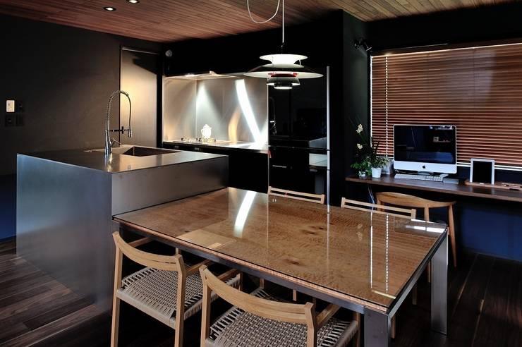 ダイニングキッチン: アトリエセッテン一級建築士事務所が手掛けたキッチンです。